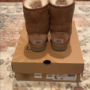 Ugh class short boots